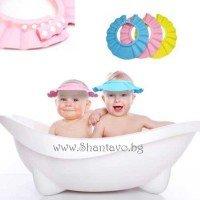 Грижа за детето с предпазна шапка за къпане