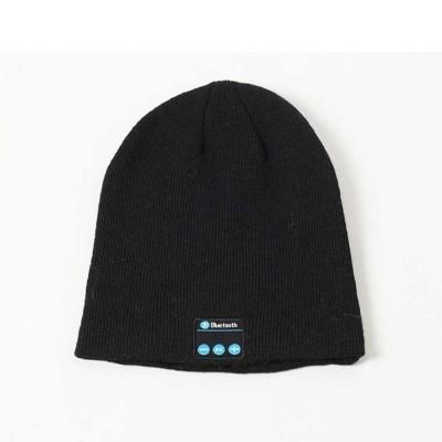 Зимна шапка с вградени Bluetooth и говорители за слушане на музика
